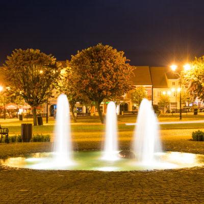 Fontanna w Strzelcach nocą