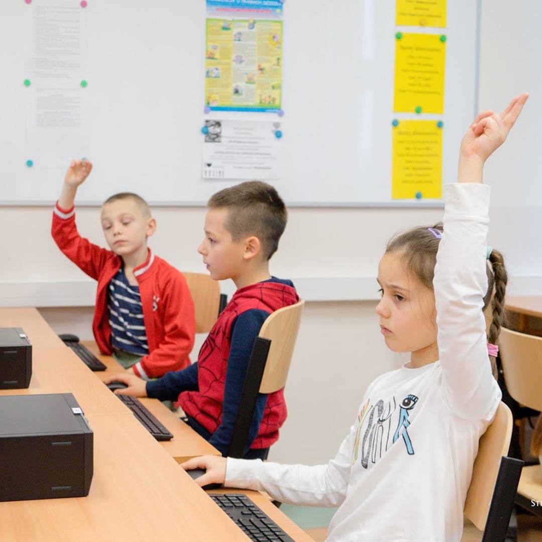 Dzieci ze szkoły w Ogardach podczas lekcji informatyki