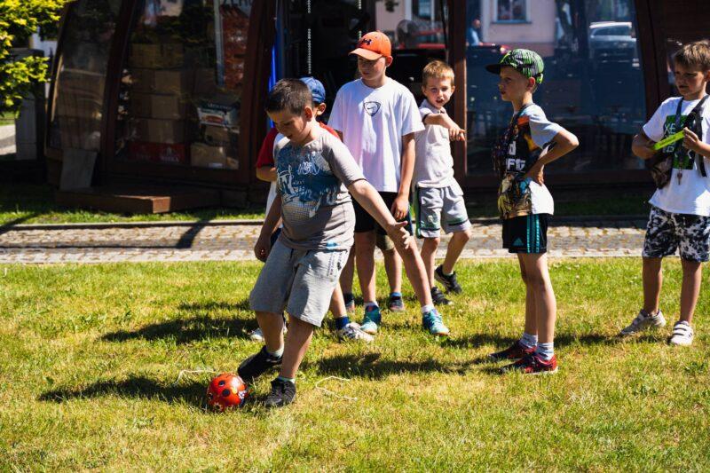 Dzieci grające w piłkę.