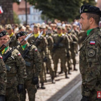 Maszerujący żołnierze