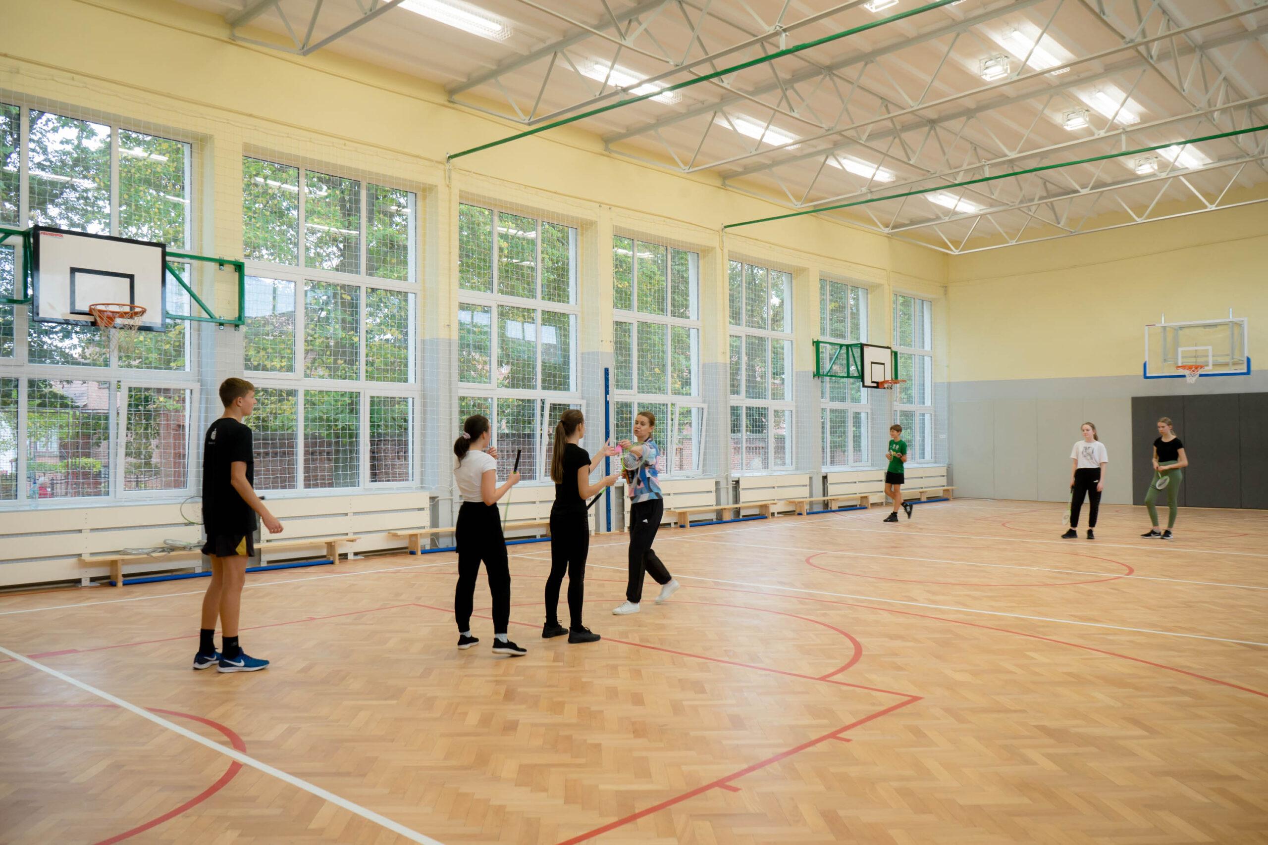 Młodzież w na hali sportowej